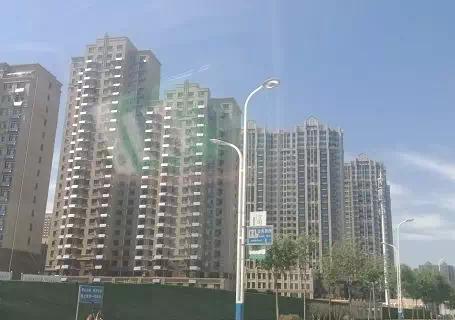东方御越庄园小区装修时惊现意外:屋顶轻轻┈